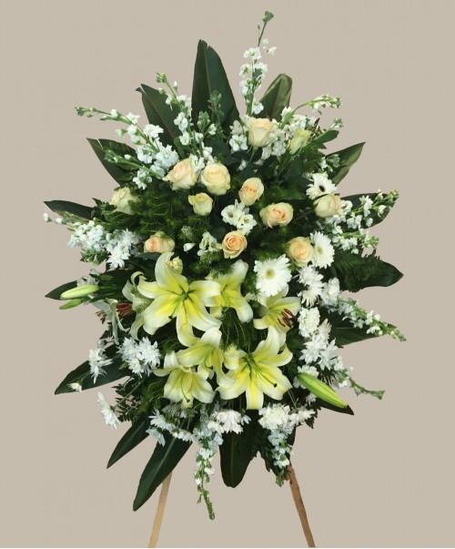 palma en caballete mediana con lilium y rosas 500x603 1
